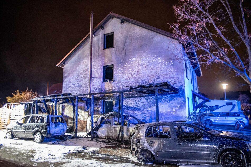Drei Autos, ein Carport und ein Haus wurden bei dem Feuer in Wesseling teils komplett zerstört.