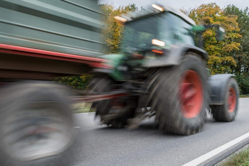 VW-Fahrer kracht beim Überholen in Traktor: Bauer schwer verletzt