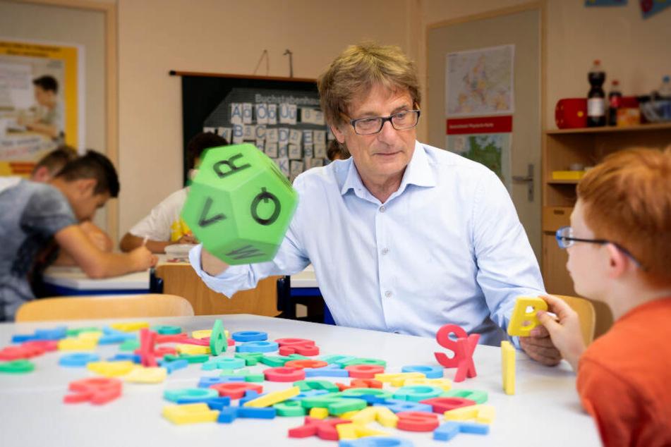 Joe Kennedy arbeitet mit Schülern.