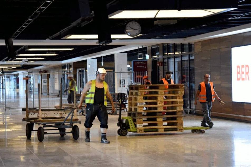 Arbeiter auf der Baustelle des BER.