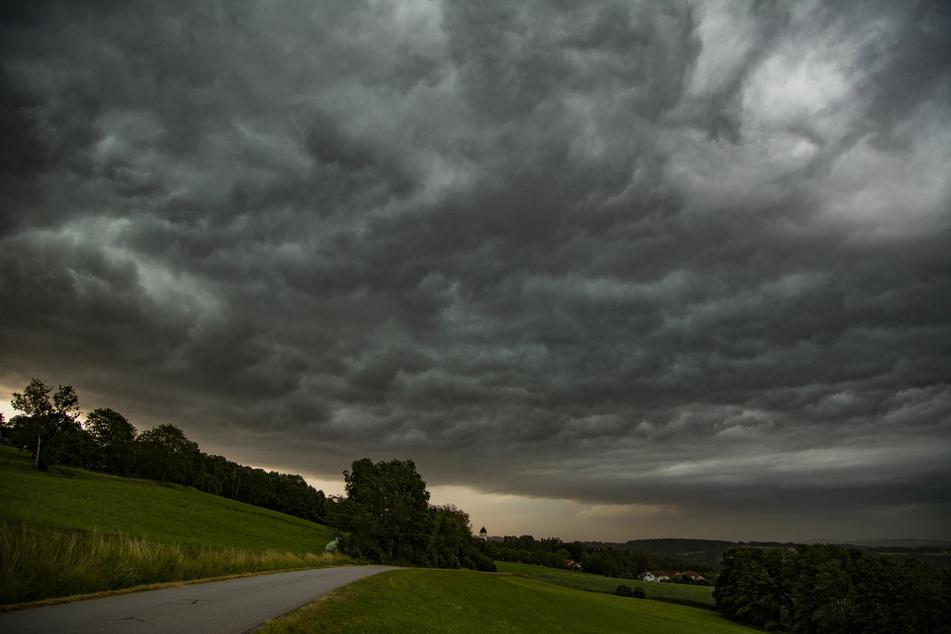 Es wird wieder ungemütlich! Der Deutsche Wetterdienst hat für Bayern weitere Gewitter mit Hagel und Starkregen vorausgesagt. (Symbolbild)