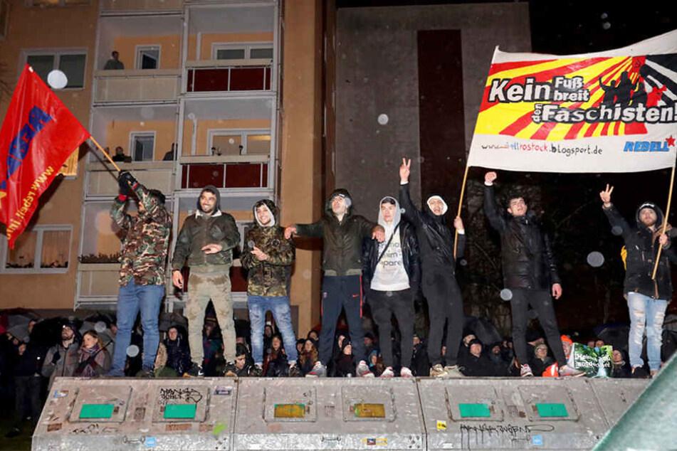 Die Gegendemonstranten gingen gegen die AfD-Anhänger auf die Barrikaden.