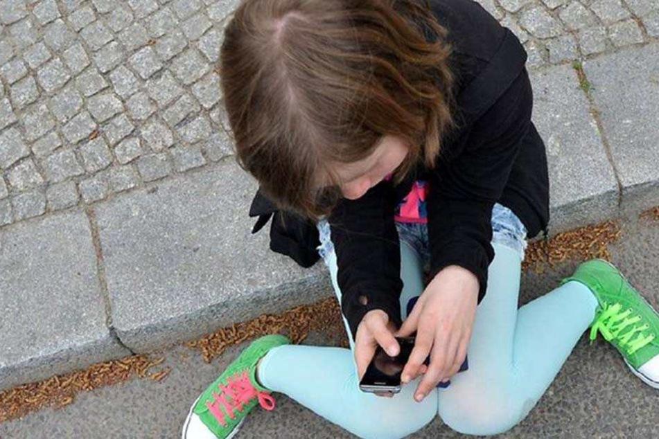 Weil seine 13-jährige Tochter zu lange an ihrem Handy hing, griff ein Vater zu unfassbaren Maßnahmen. (Symbolbild)