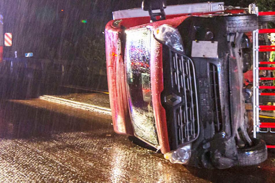 Transporter kippt in Baustelle um: Gaffer behindern Bergungsarbeiten auf A4