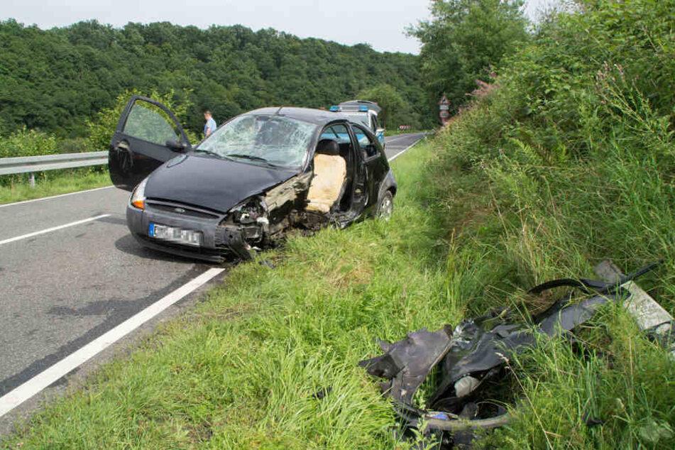 Das Auto der 52-Jährigen war demoliert und sie musste aus dem Wagen von der Feuerwehr befreit werden.