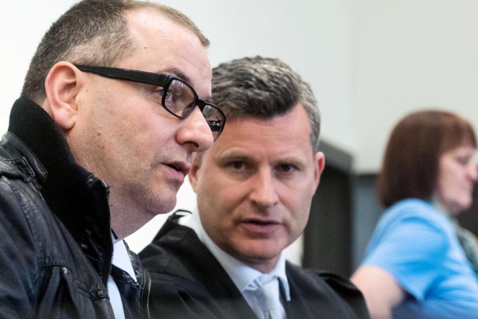 Detlef Binder (Mitte) vertritt Wilfried W. (48, links) vorm Gericht. Die Ex-Frau des 48-Jährigen, Angelika W. (rechts, 49), ist ebenfalls angeklagt.