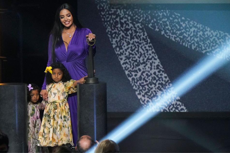 """Vanessa Bryant (39) hält ihre Töchter Capri und Bianka an den Händen, als sie die Bühne mit der """"2020 Basketball Hall of Fame""""-Trophäe ihres verstorbenen Mannes Kobe Bryant (†41) verlässt."""