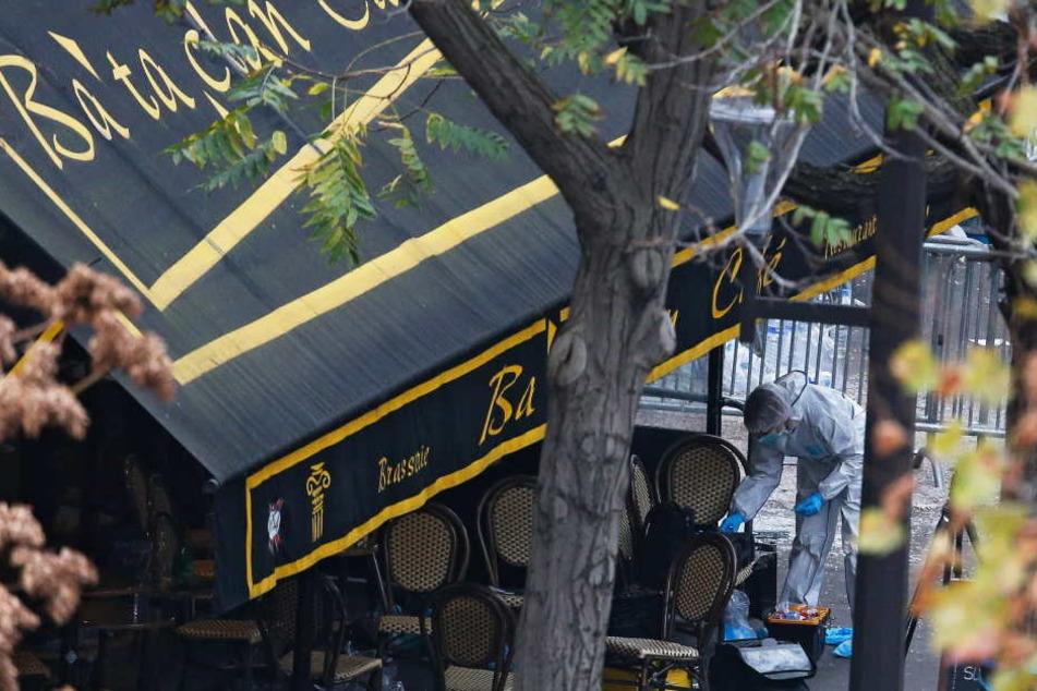 """Ermittler am Morgen nach dem schlimmen Terroranschlag vor dem Club """"Bataclan"""" in Paris."""