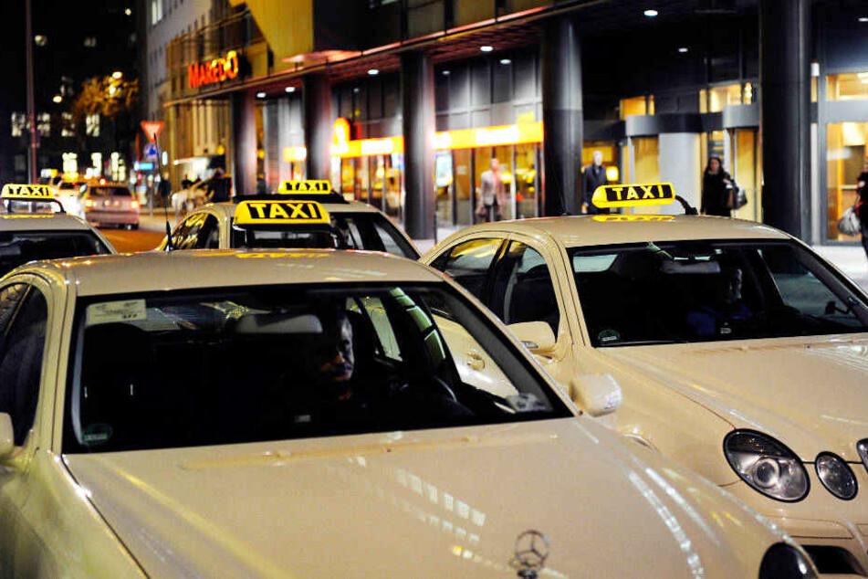Möglicherweise geht noch weiterer Überfall auf einen Taxifahrer auf das Konto des Räuber-Duos (Symbolbild).