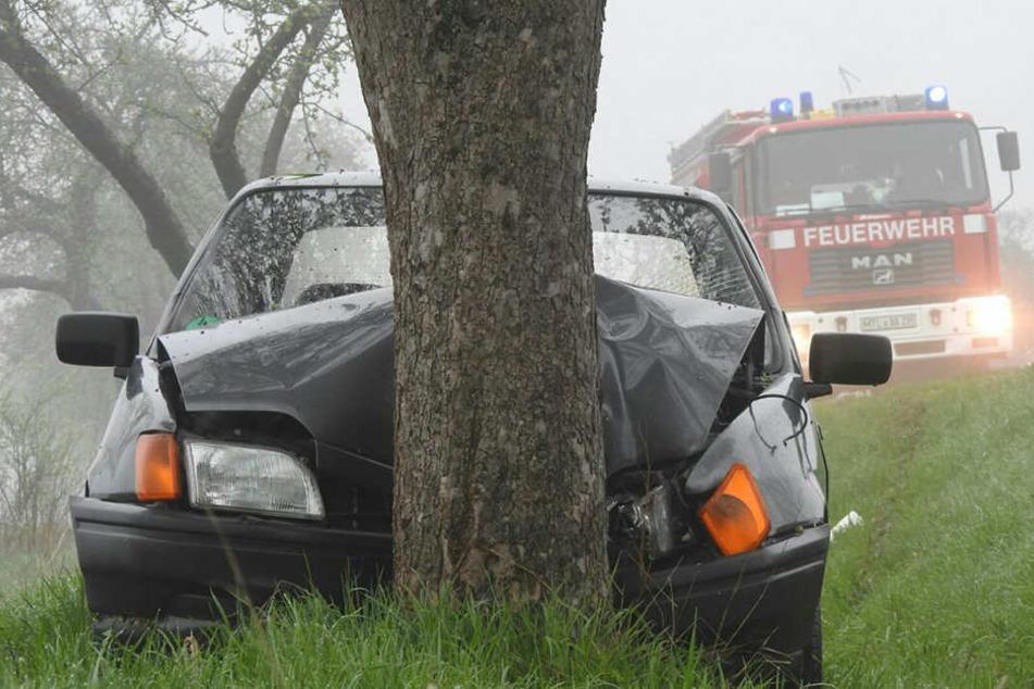 Der 19-Jährige prallte aus noch ungeklärter Ursache gegen einen Baum.