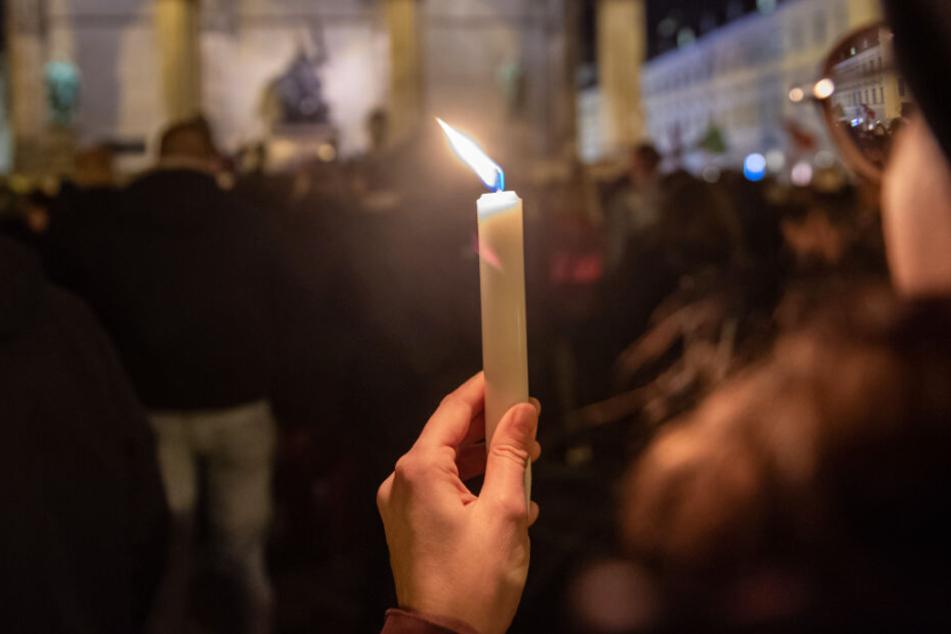 Viele Menschen kommen nach der schrecklichen Tat in Hanau in München zusammen.