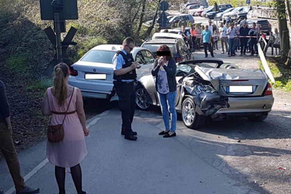Das Auto wurde durch den Crash massiv beschädigt. Alle Beteiligten blieben aber glücklicherweise unverletzt.