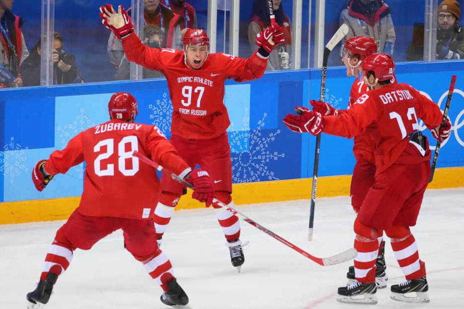 Die Russen bejubeln den Olympiasieg nach Verlängerung gegen Deutschland.