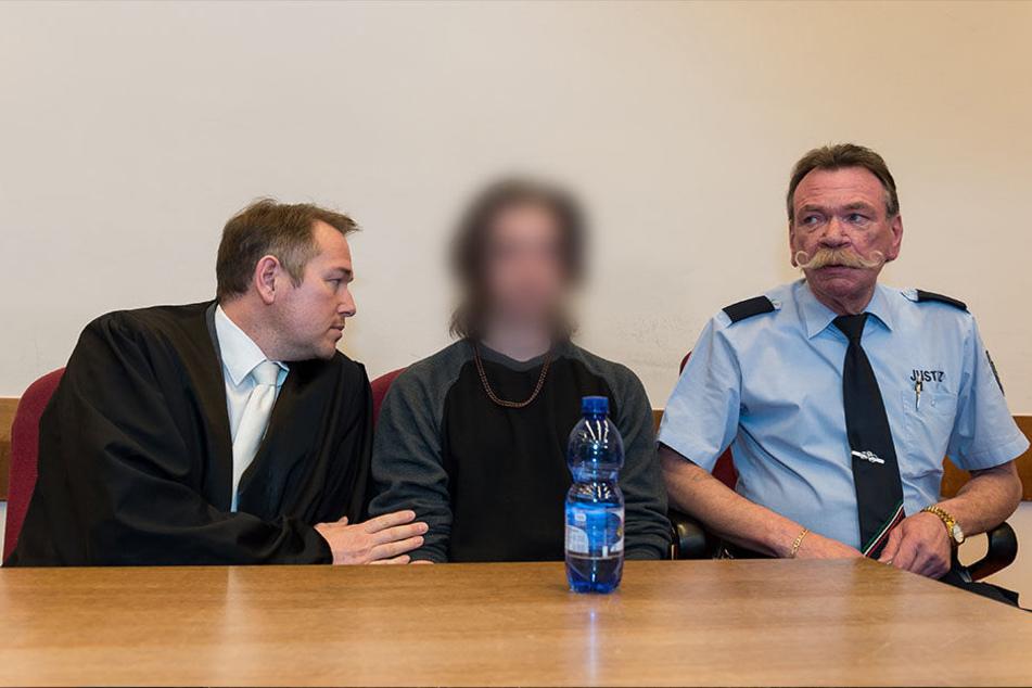 Der Angeklagte (M.) muss sich wegen Totschlags vor Gericht verantworten.