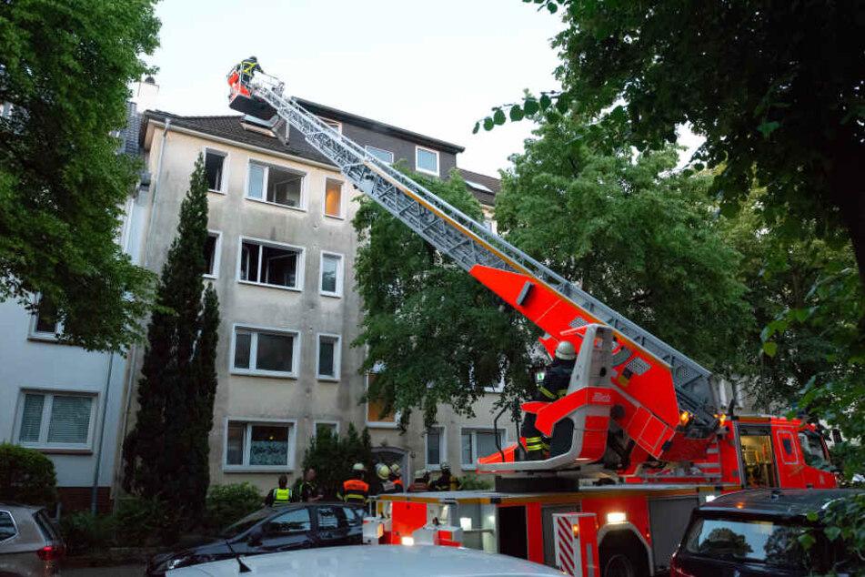 Mehrere Menschen mussten wegen über Drehleitern aus ihren Wohnungen gerettet werden.