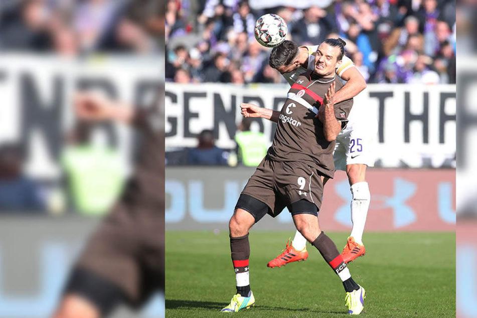 Dominik Wydra (hint.) bot gegen den FC St. Pauli eine ganz starke Leistung, gewann fast u.a. jedes Kopfballduell. Hier setzt er sich gegen Alexander Meier durch.