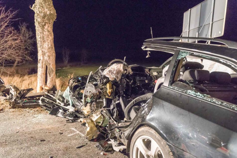 Der BMW krachte gegen den einzigen Baum an der Strecke.