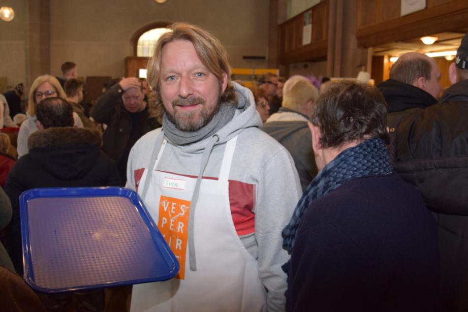 Mitten im Trubel steht VfB-Sportvorstand Sven Mislintat, der Essen und Trinken an die Tische bringt.