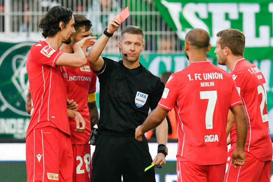 Schiedsrichter Tobias Welz schickt Neven Subotic mit Gelb-Rot vom Platz.