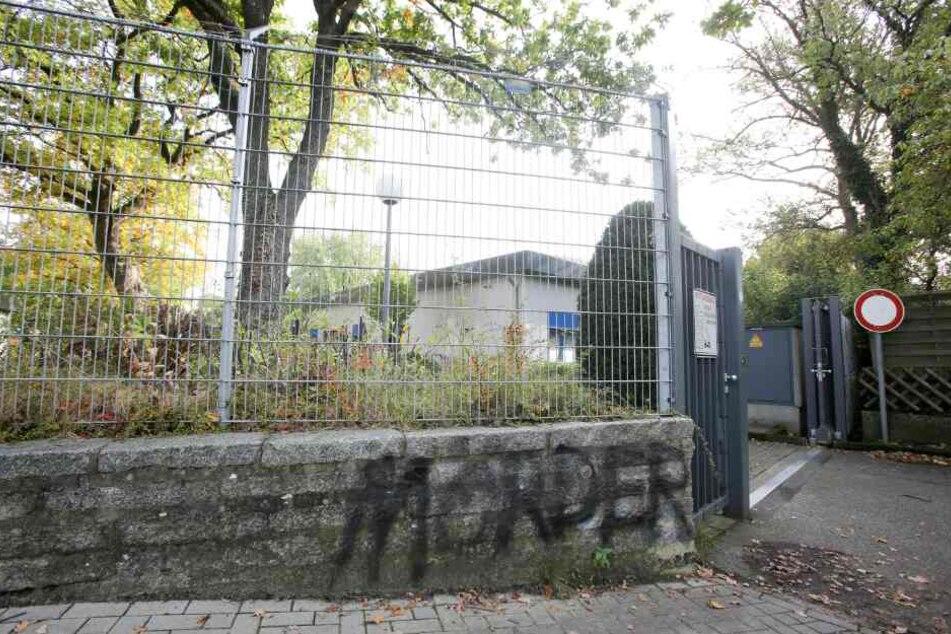"""Der gesprühte Schriftzug """"Mörder"""" steht an einer Mauer des Geländes der Firma LPT in Hamburg-Neugraben."""