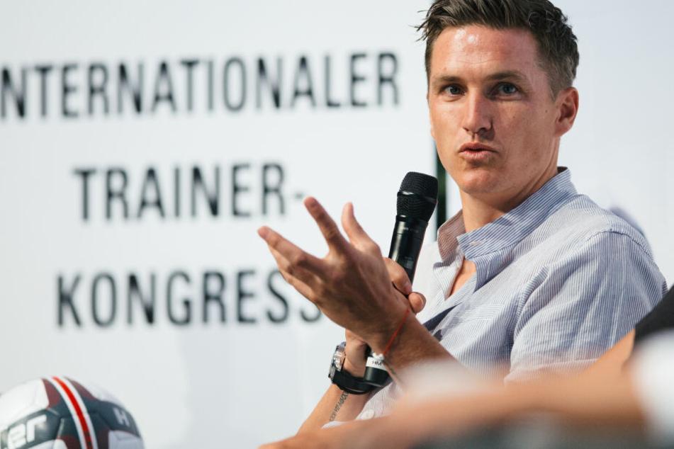 Fussballtrainer Tobias Schweinsteiger sitzt auf dem Podium des Internationalen Trainer-Kongresses vom Bund Deutscher Fussball-Lehrer in Dresden.