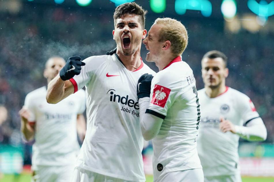 André Silva (Li.) verwandelte den fälligen Handelfmeter souverän und ließ sich von Eintracht-Kollege Sebastian Rode feiern.