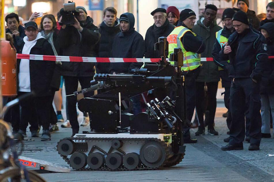 Ein Sprengstoffroboter untersuchte den verdächtigen Umschlag.