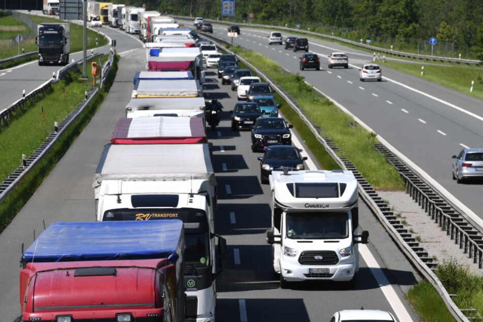 An Wochenenden will Tirol künftig auch Ausweichstraßen sperren. (Symbolbild)