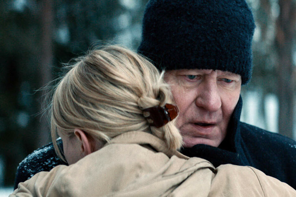 Erstes Wiedersehen seit langem: Trond Sander (Stellan Skarsgard) wird vom Besuch seiner Tochter (Maria Alm Norell) überrascht.