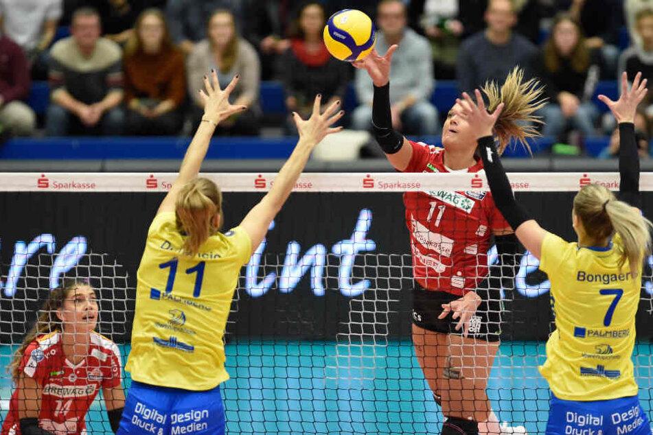 DSC-Topscorerin Milica Kubura (M.) spielte den Ball vor den Schwerinerinnen Beta Dumancic und Britt Bongaerts übers Netz.