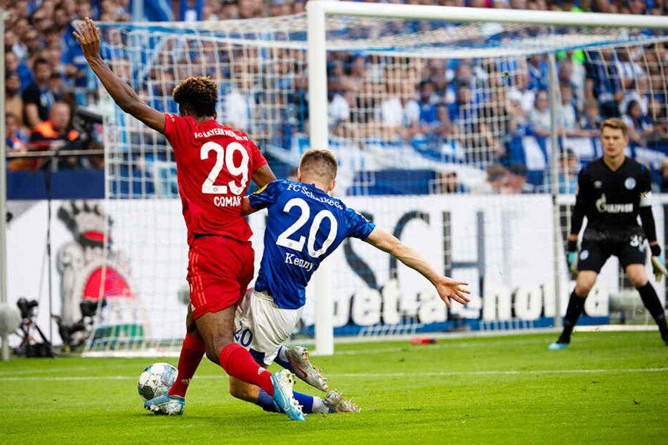 Viel zu ungestüm: Jonjoe Kenny (vorne-rechts) foult Kingsley Coman klar im eigenen Sechzehner, weshalb es einen berechtigten Foulelfmeter für den FC Bayern München gab.