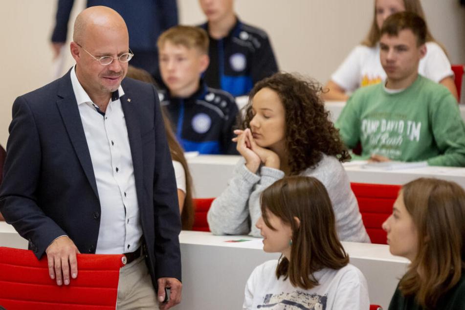 """Andreas Kalbitz, (l.), AfD-Spitzenkandidat in Brandenburg, nahm an der Veranstaltung """"Jugend debattiert mit Spitzenkandidaten"""" zur Landtagswahl in Brandenburg teil."""