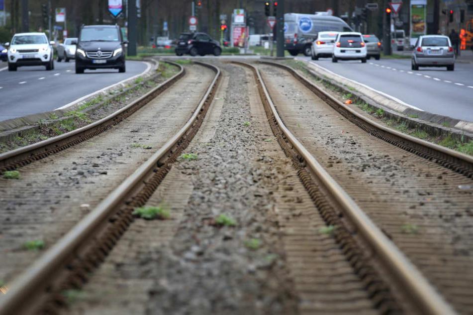 Verletzt hatte die Täter den Mann einfach auf den Gleisen liegen lassen. (Symbolbild)