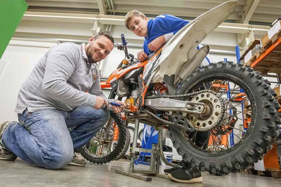 Luka Pfalz (15) mit Papa Karsten Hütter (35) in der Werkstatt.