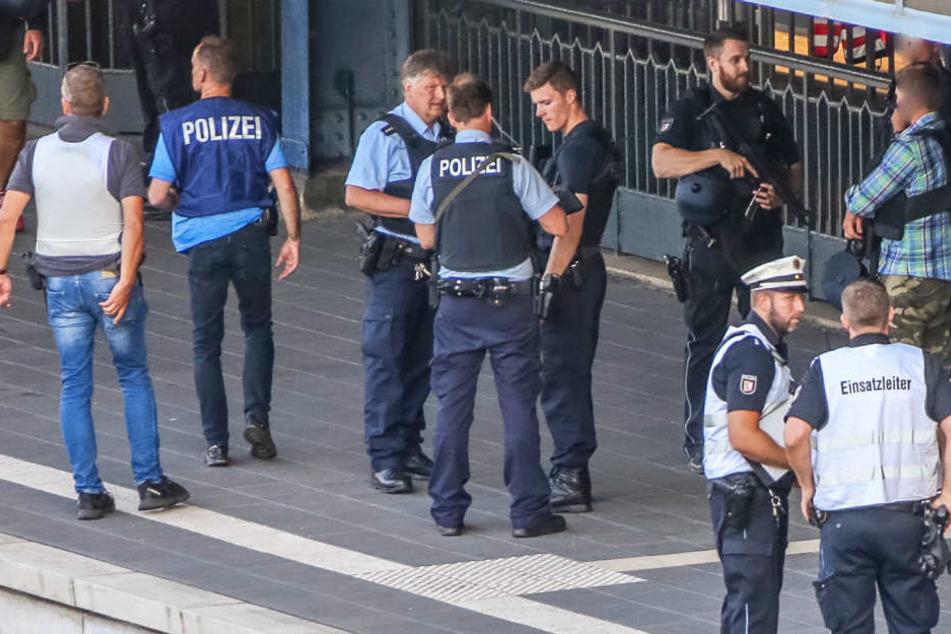 Polizisten sicherten nach der Tat den Bahnhof Flensburg.