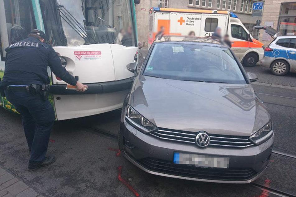 Der VW krachte seitlich gegen die Straßenbahn.