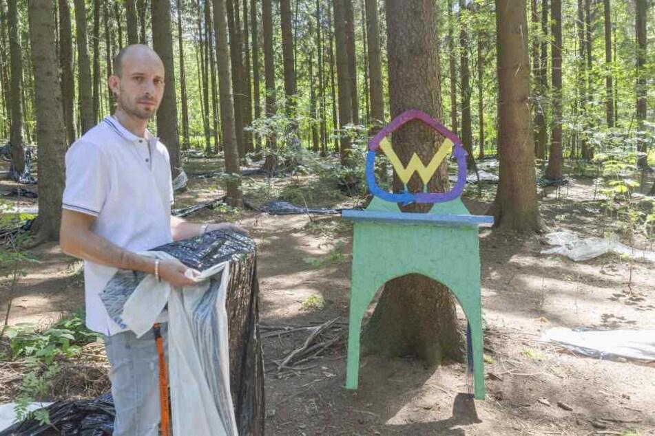 """Sven Müller steht vor dem zerlegten """"Zauberwald""""-Labyrinth."""