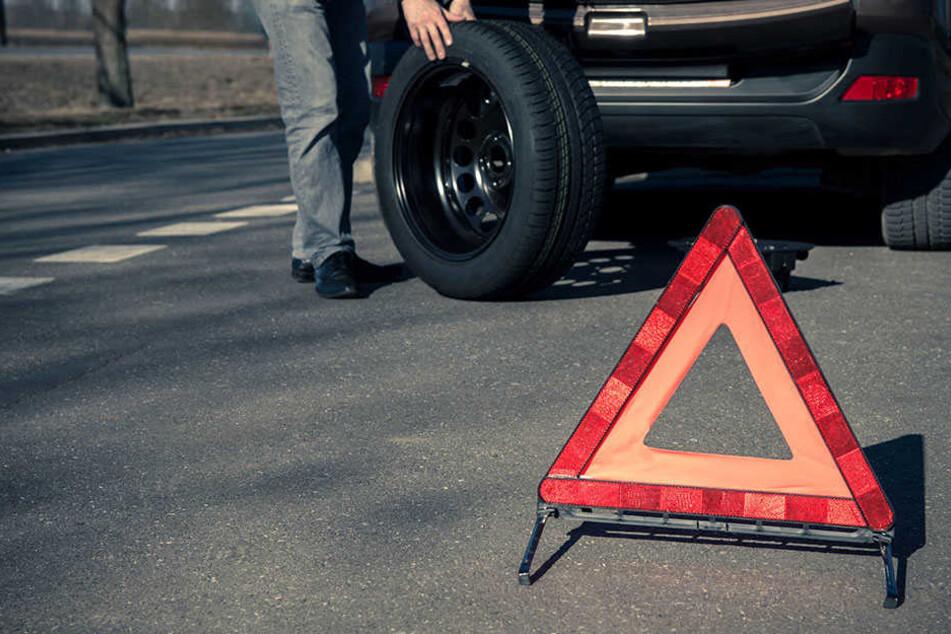 Der Daimler-Fahrer wollte Reifen wechseln und wurde dabei von einem Lkw erfasst. (Symbolbild)