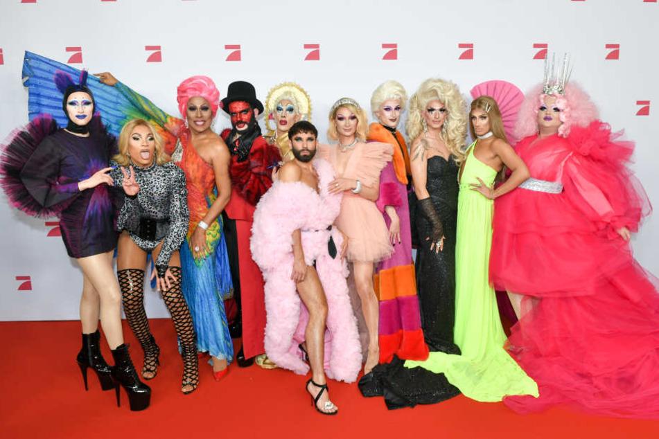 Die Sängerin Conchita Wurst (Mitte) und die teilnehmenden Dragqueens.