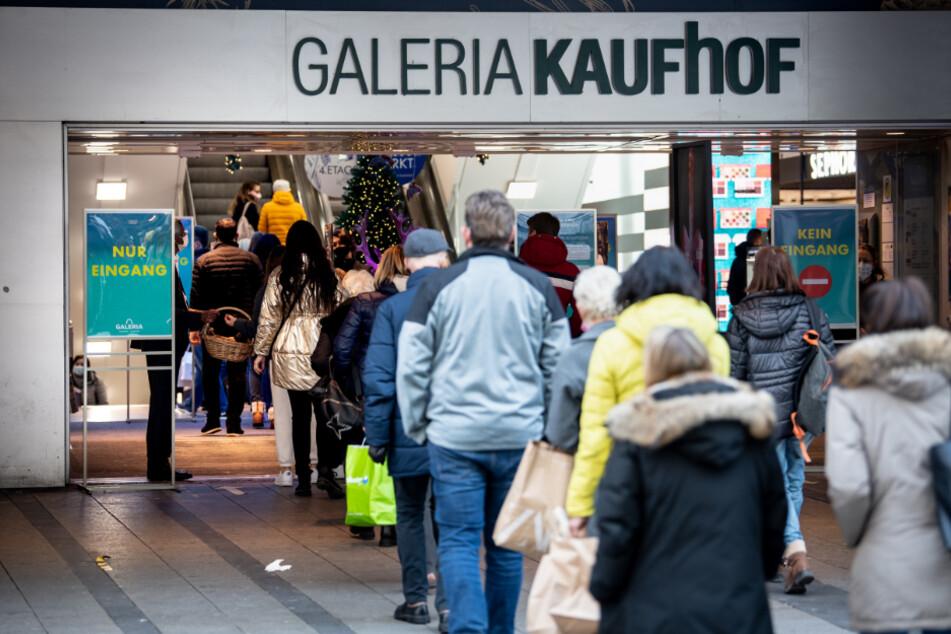Eine lange Schlange vor einer Filiale von Galeria Kaufhof am Montag in der Münchner City.