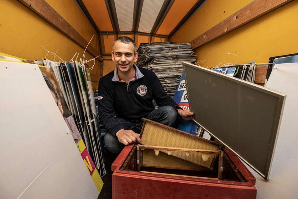 Imker Raphael Härtel (41) hortet Hunderte Wahlplakate aller Parteien - und bastelt daraus leichte Deckel für seine Bienenstöcke.