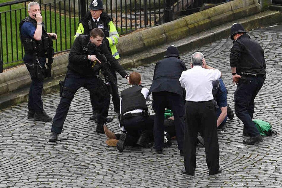 Ist dies der Terrorist am Boden? Der linke Polizist scheint auf einem Messer zu stehen, möglicherweise die Tatwaffe.