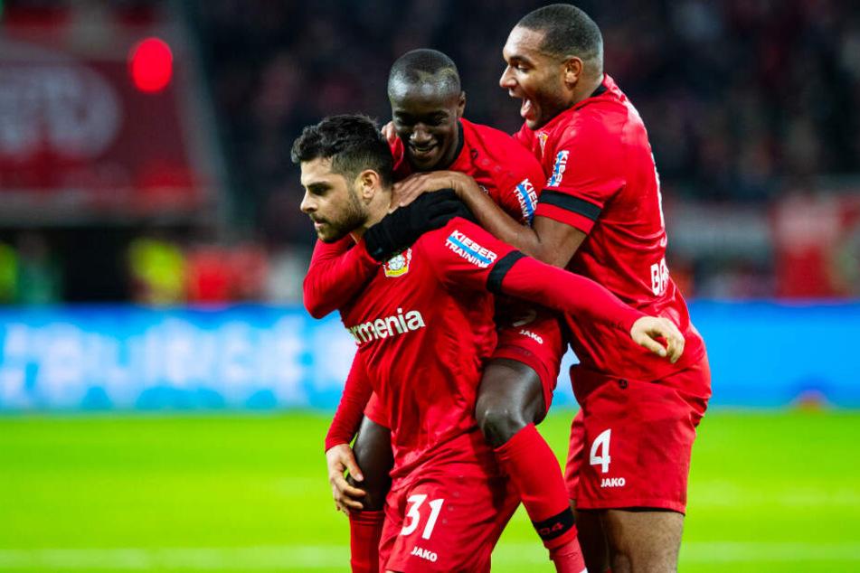 Kevin Volland (l.) traf doppelt für Leverkusen. Hier wird er von Moussa Diaby (M.) und Jonathan Tah gefeiert.