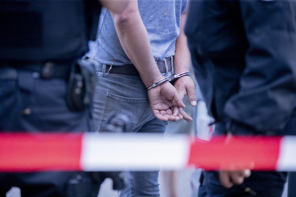 Mann beißt Polizisten, dann setzt er zum Kopfstoß an!