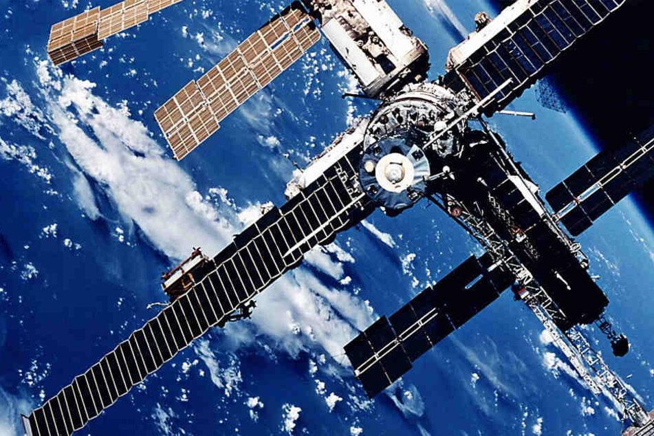 """Das Archivbild zeigt die Raumstation """"Mir"""", auf der Thomas Reiter den Jahreswechsel 1995/96 erlebte."""