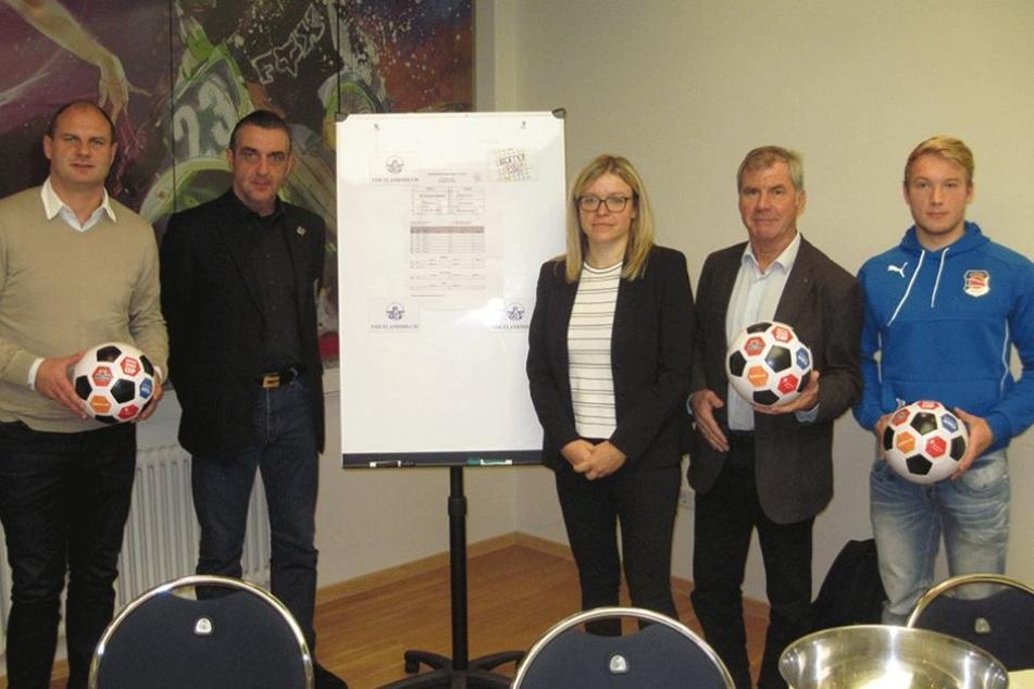David Wagner, Ralf Minge, Kathleen Kießling, Volkhardt Kramer und Philipp Schröter (v.l.n.r.) bei der Auslosung zum SuperRegioCup 2016.