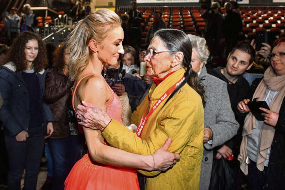 Aljona Savchenko (l.) und Eislauftrainerlegende Jutta Müller nach der Show.