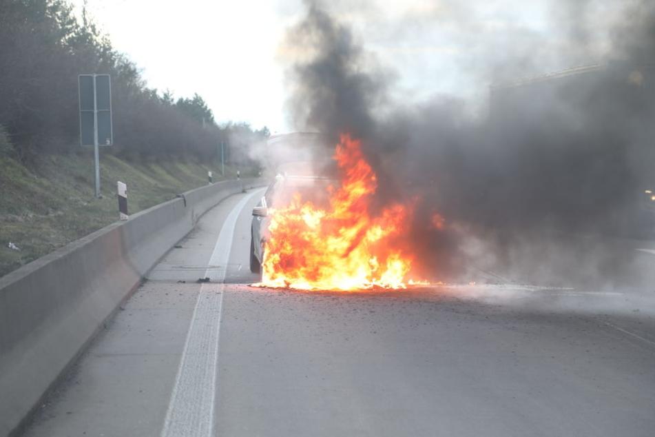 Das Taxi fing plötzlich Feuer.