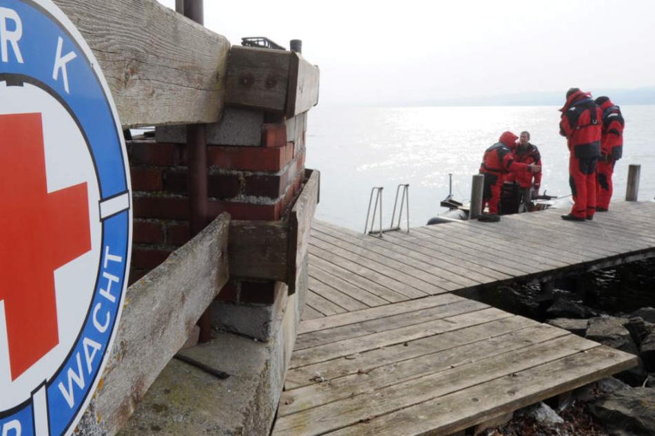 Die Helfer konnten einen 79 Jahre alten Mann nur noch tot aus See bergen. (Symbolbild)