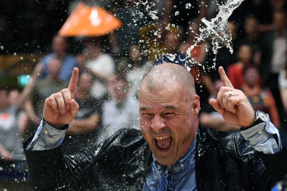 Trainer Mike Taylor erhielt nach dem Sieg eine Wasser-Dusche.